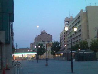 月はまだ空高く