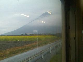 仕事で鹿児島に来ております。只今、JR最南端の駅。薩摩富士が見えます。あいにくの雨模様ですが。
