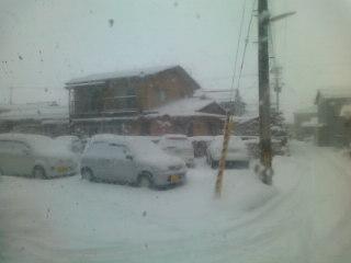 北陸は大雪のため電車が止まってます。。。いつ大阪に帰れるのか。。