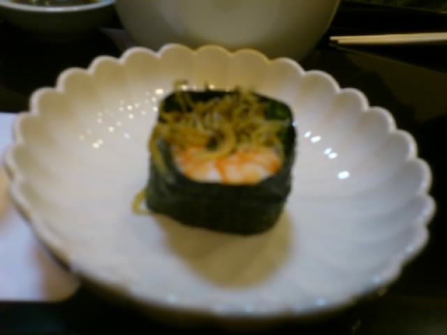吉坊兄さんの会で落語。割烹でおいしいお料理も☆写真は揚げたちりめんじゃこと海老の軍艦巻きです。美味!