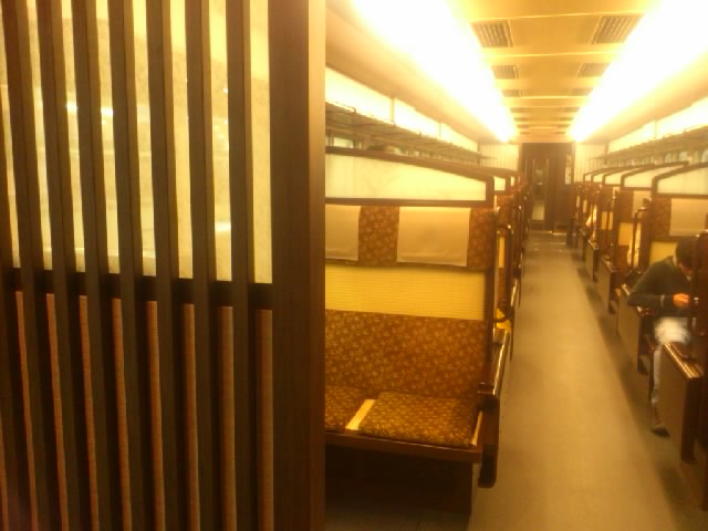 一日4本しか走ってない阪急の「京とれいん」に乗れた!ツイてるなあ☆内装が和風です。畳風の座席もあり。