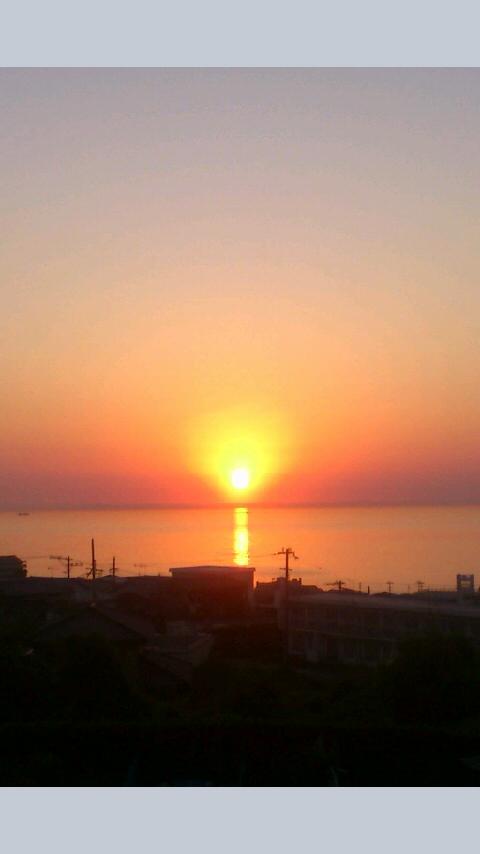 淡路島生福寺さんの本堂からの日の入り。海の上に光るラインが感動的でした!文我師匠のお仕事にて。
