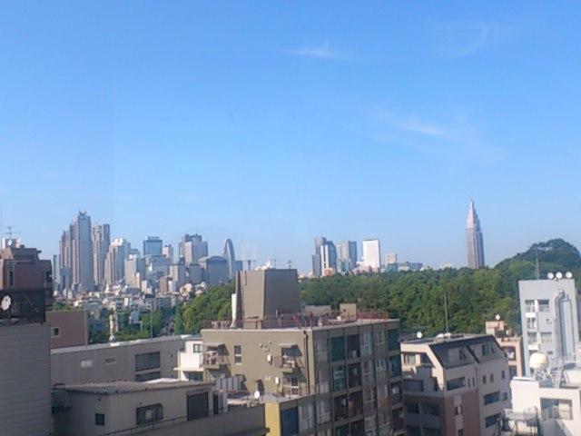 寄席クラシックスまもなく開演です!白寿ホールから新宿副都心を眺む。