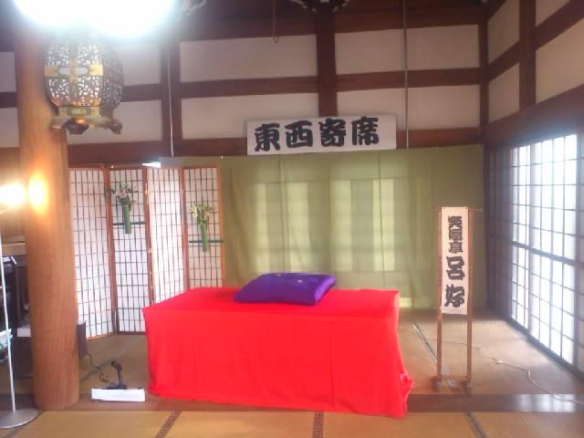 今日は第一回の東西寄席!和歌山県橋本の徳明寺さまにて。立派な舞台を作っていただきました!14時開演☆