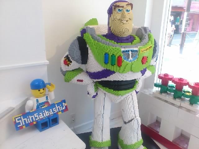 アメ村でレゴ専門店を発見!レゴで育った身としてはテンション上がります。写真はトイストーリーのバズ。