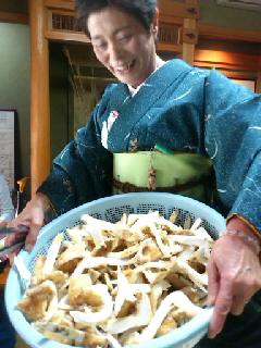 松茸のおかわりを頼むとこんな人がやってきます(笑)かごの中はすべて松茸です☆
