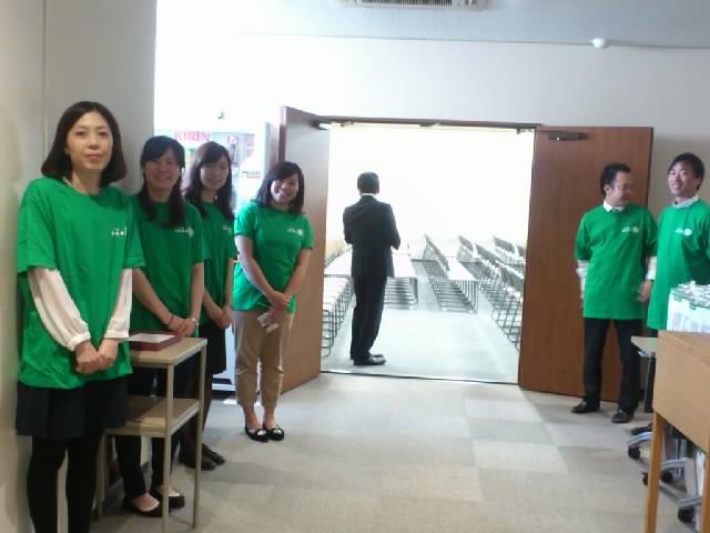 会場は天保山の「間口本社ビル」揃いのTシャツに身を包んだスタッフの方々の準備もばっちりです☆