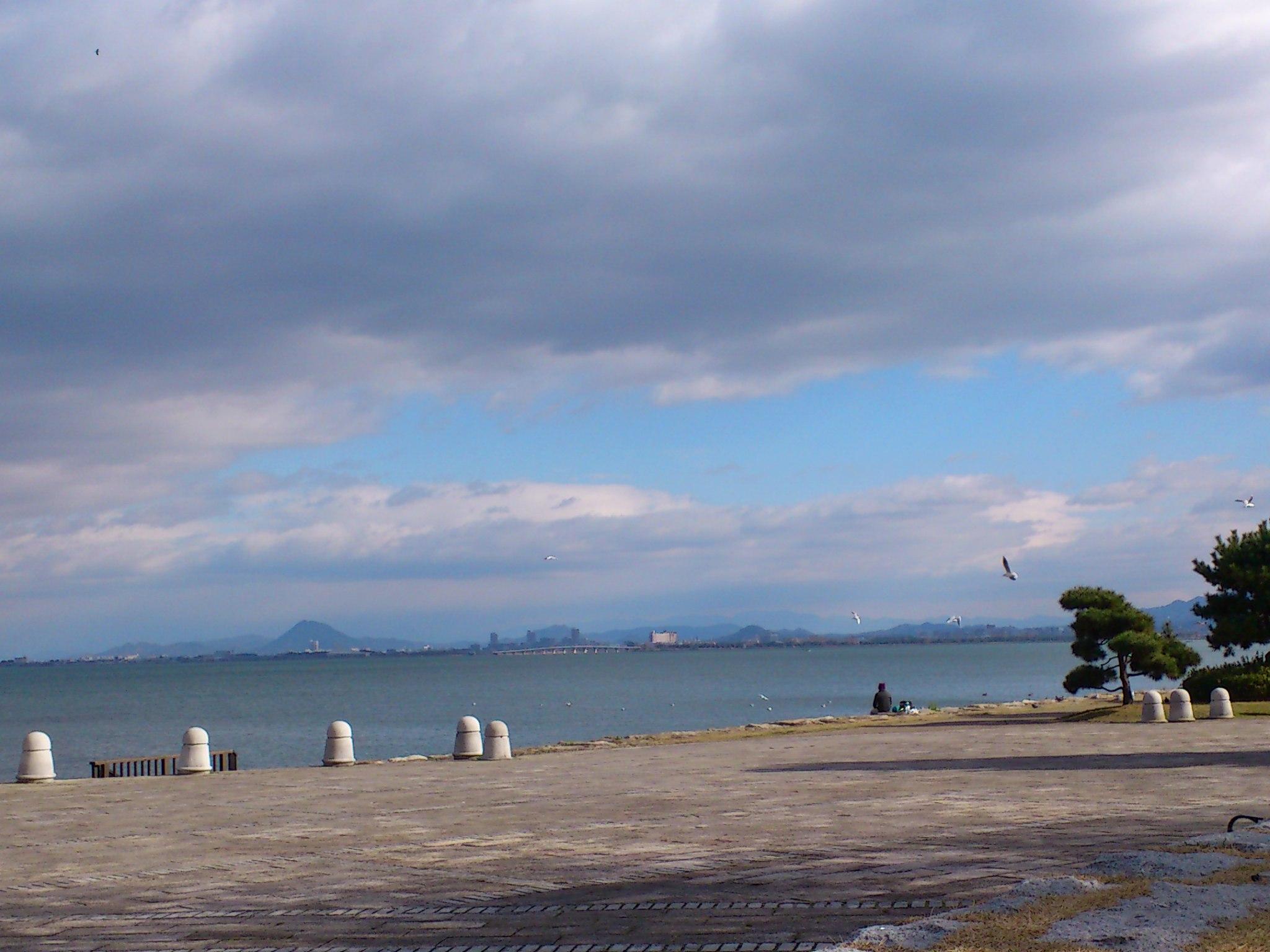 琵琶の湖のほとりで